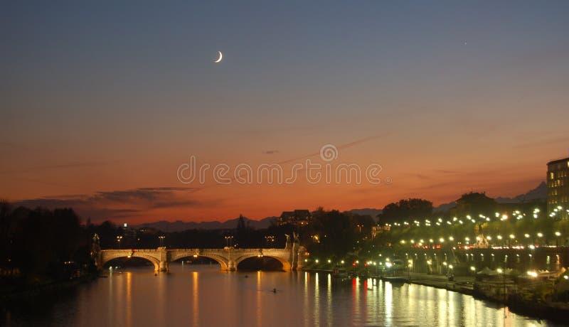 Fiume di Po al crepuscolo a Torino immagini stock libere da diritti