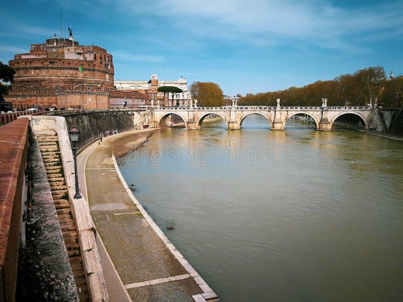 Fiume di Ponte e di Sant Angelo Castle e del Tevere a Roma, Italia fotografia stock libera da diritti