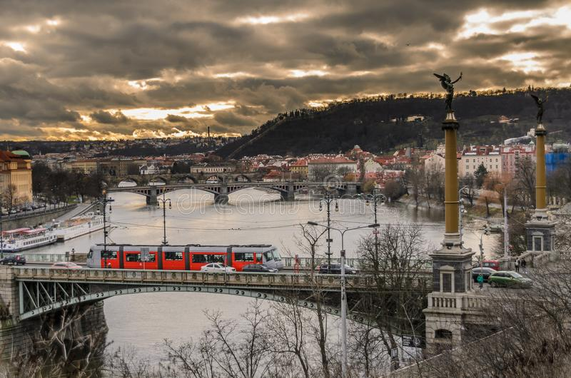 Fiume di Praga e ponte di charles fotografia stock libera da diritti