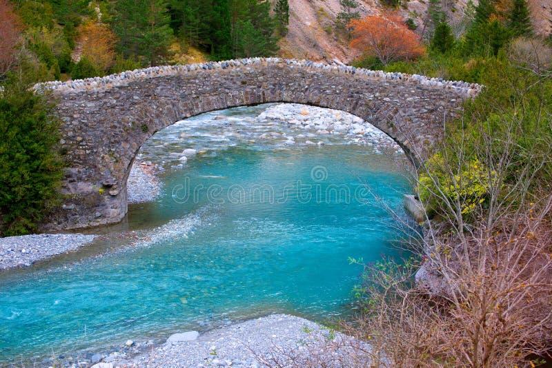 Fiume di Rio Ara e ponte San Nicolas de Bujaruelo in Ordesa immagini stock libere da diritti