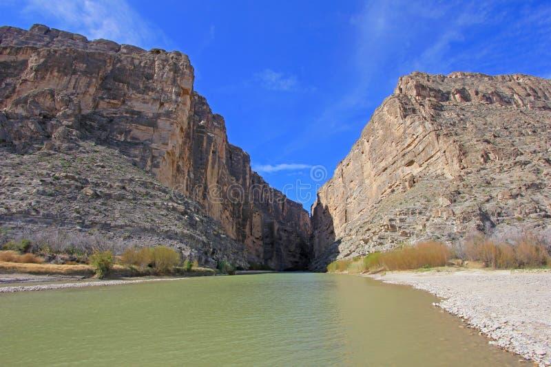 Fiume di Rio Grande e di Santa Elena Canyon, grande parco nazionale della curvatura, U.S.A. immagine stock