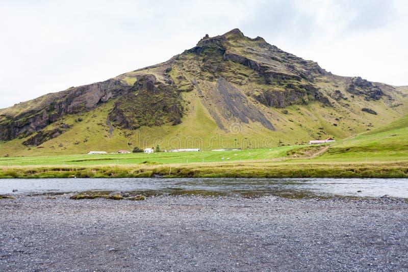 Fiume di Skogar vicino alla cascata di Skogafoss in Islanda fotografia stock