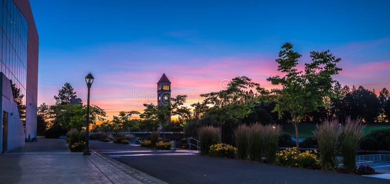 Fiume di Spokane nella sosta di lungofiume con la torretta di orologio immagine stock libera da diritti