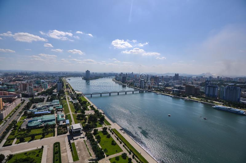 Fiume di Taedong e ponte e paesaggio urbano di Pyongyang fotografie stock libere da diritti