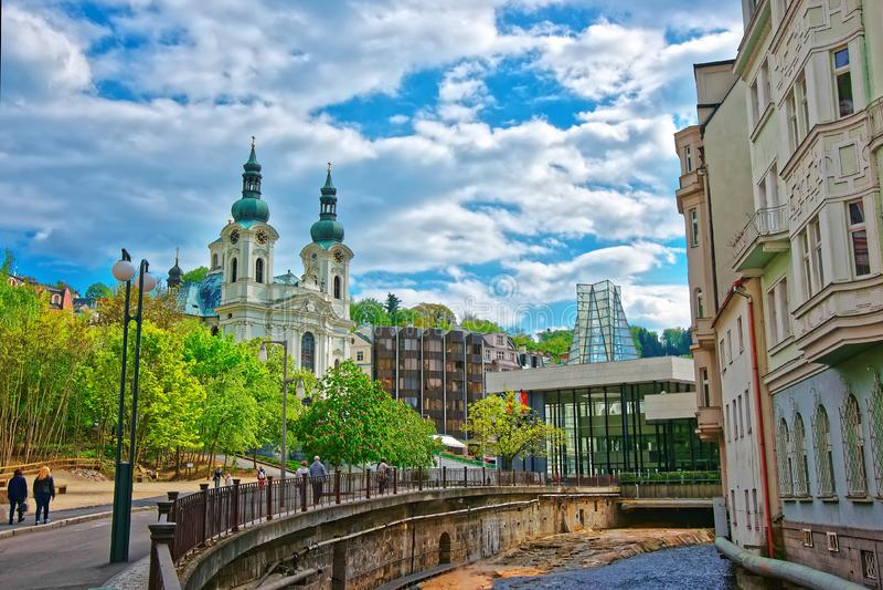 Fiume di Tepla e st Mary Magdalene Church Karlovy Vary fotografia stock libera da diritti