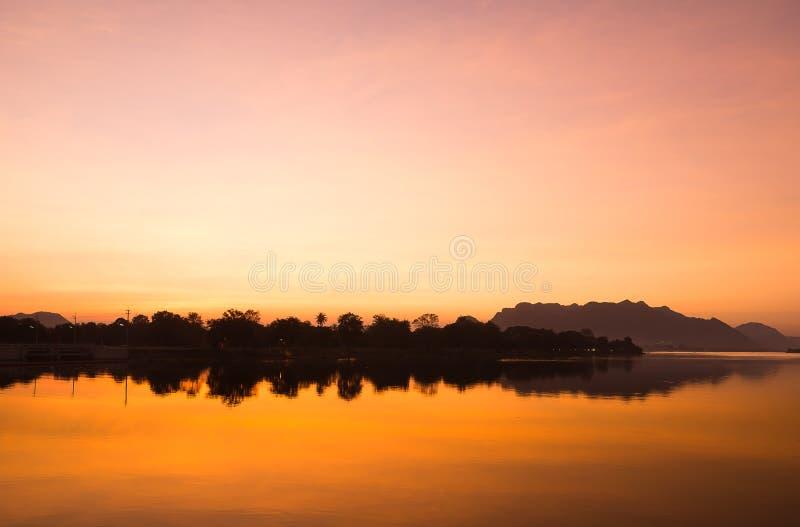Fiume di tramonto del paesaggio della siluetta fotografie stock libere da diritti