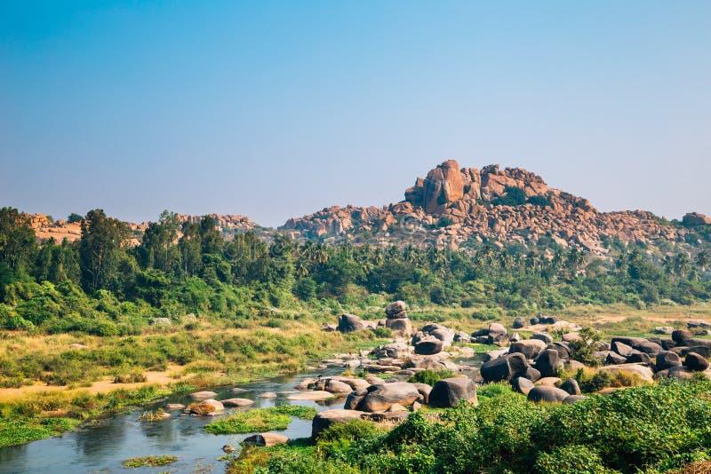 Fiume di Tungabhadra e montagna rocciosa esotica a Hampi, India fotografie stock libere da diritti