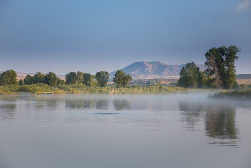 Fiume di Yampa con Cedar Mountain in Colorado di nord-ovest dal parco di Loudy Simpson immagini stock