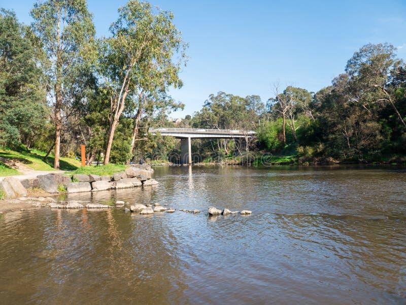 Fiume di Yarra che attraversa il sobborgo esterno di Warrandyte in Australia immagine stock