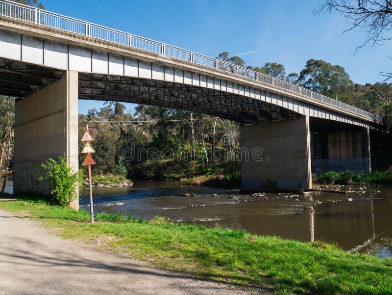 Fiume di Yarra che attraversa il sobborgo esterno di Warrandyte in Australia immagini stock