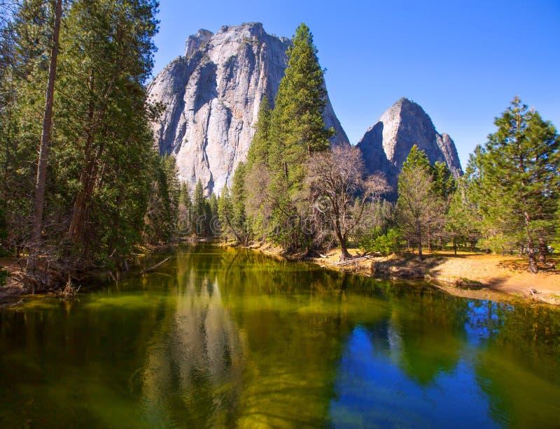 Fiume di Yosemite Merced e mezza cupola in California immagini stock libere da diritti