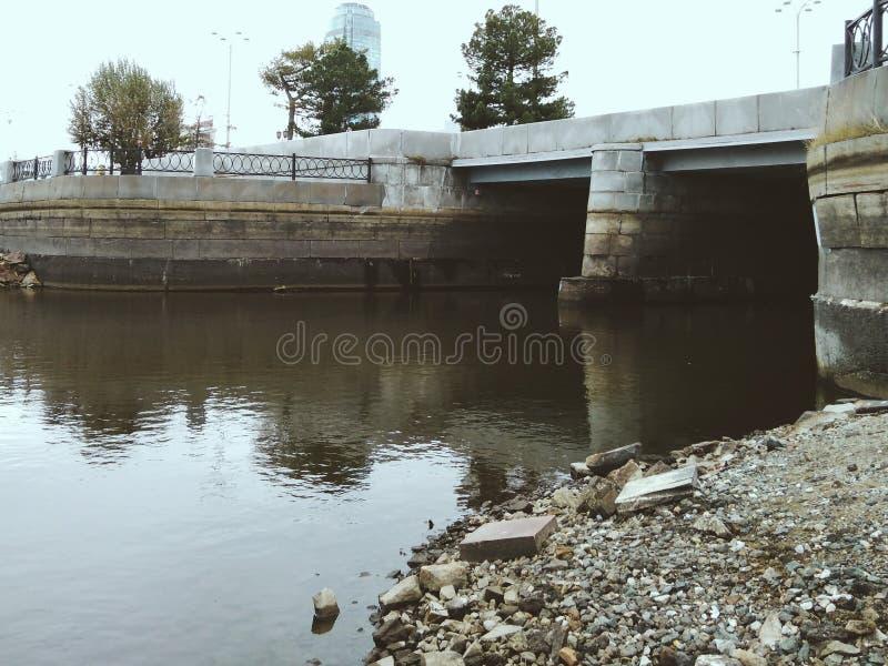 Fiume e canalizzazione di un corso d'acqua fotografia stock