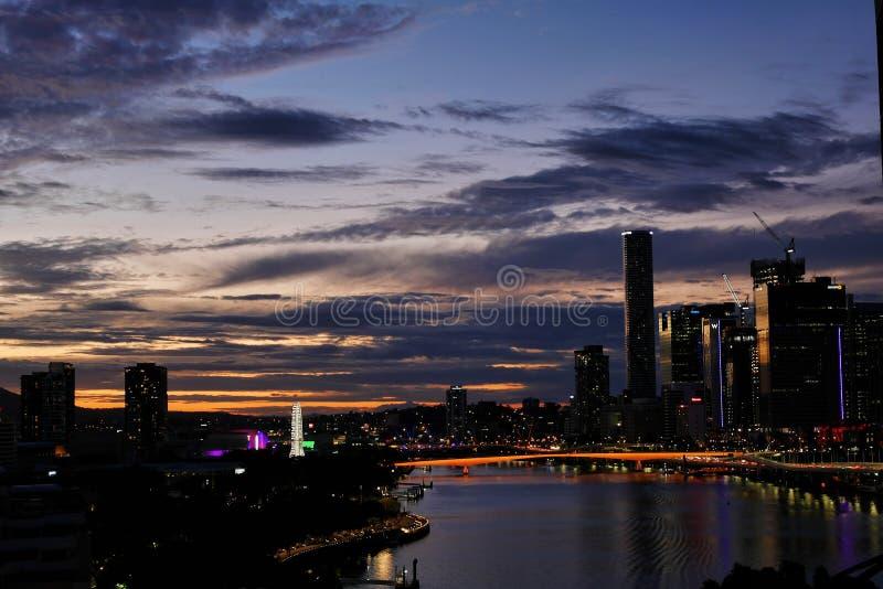 Fiume e città di Brisbane al tramonto immagine stock libera da diritti