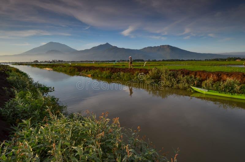 Fiume e la barca con il fondo della montagna fotografie stock libere da diritti