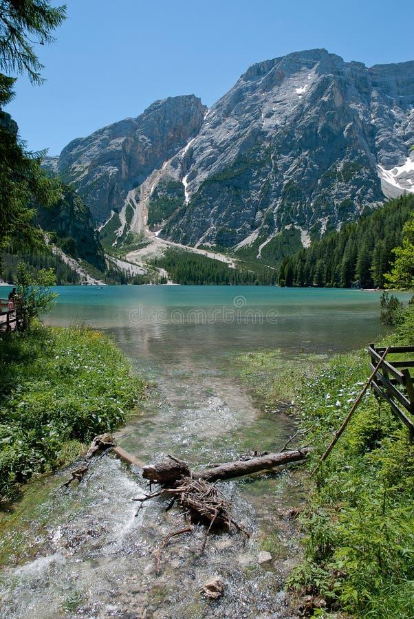 Fiume e lago in alpi, Italia immagini stock