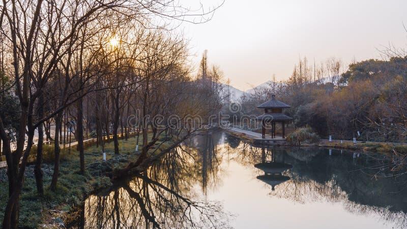 Fiume e padiglione di cinese a Hangzhou, Cina fotografie stock