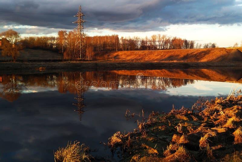 Fiume e pianura nell'alba fotografia stock libera da diritti