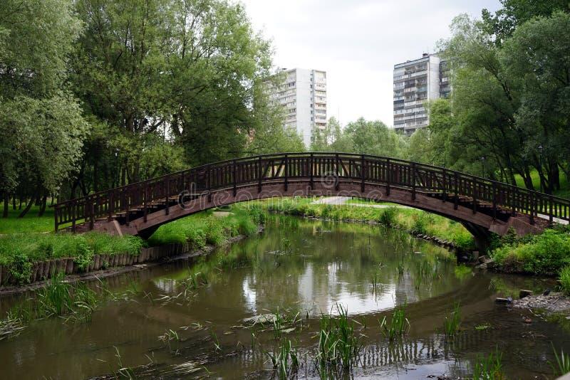 Fiume e ponte di Yauza fotografia stock