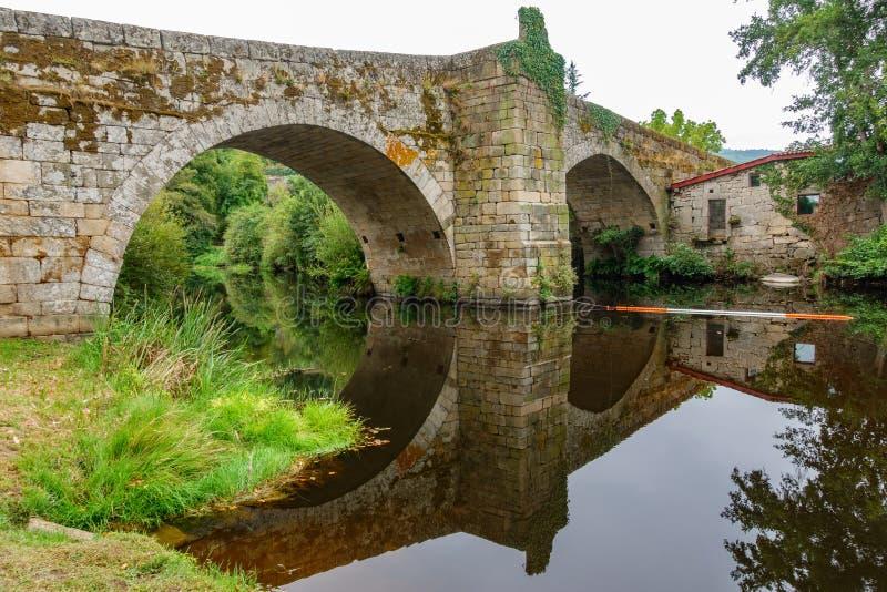 Fiume e ponte medievale a Allariz, vista laterale immagine stock