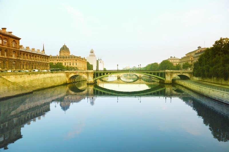 Fiume e ponticello di Seine a Parigi, Francia fotografie stock libere da diritti