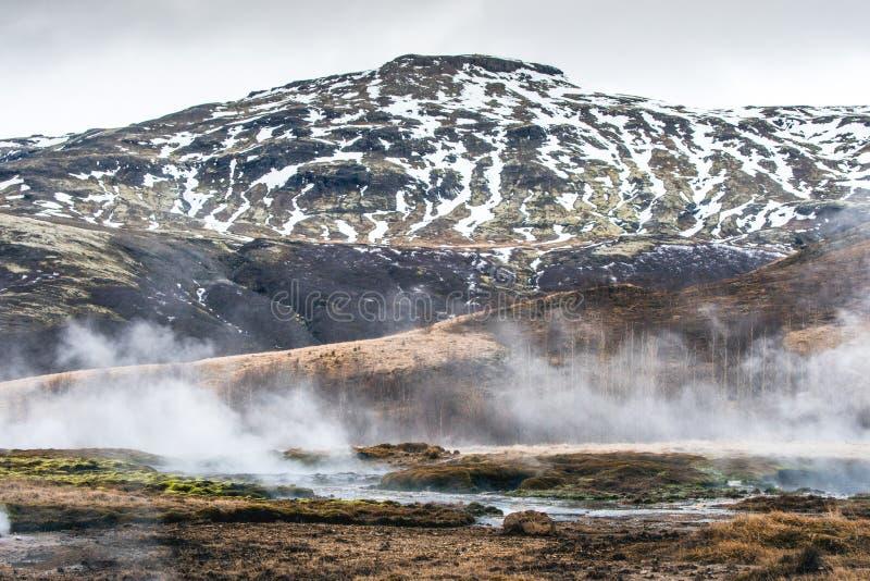 Fiume geotermico ad una montagna fotografie stock libere da diritti