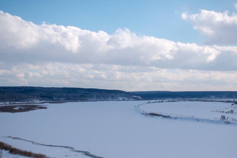 Fiume ghiacciato di inverno immagine stock