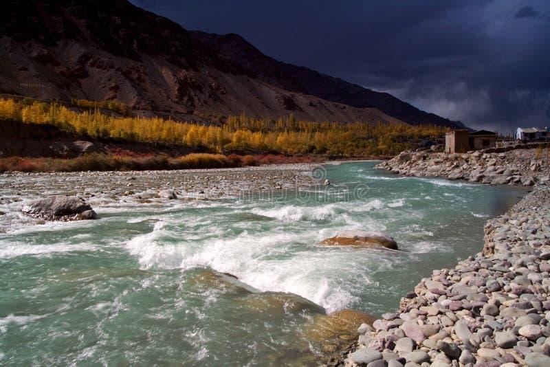 Fiume in Himalaya fotografie stock libere da diritti
