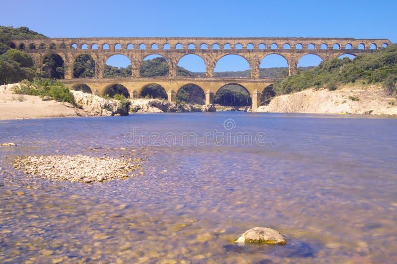 Fiume il Gard e il Pont du il Gard, Nimes, Francia fotografie stock