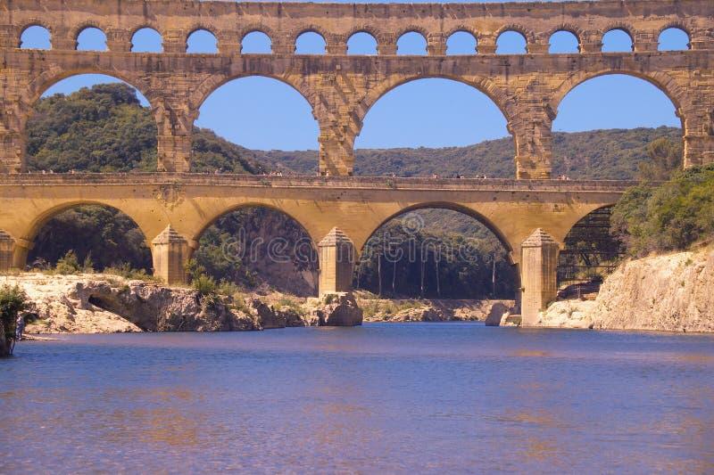 Fiume il Gard e il Pont du il Gard, Nimes, Francia fotografia stock libera da diritti
