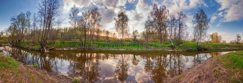 Fiume in inondazione al tramonto immagine stock