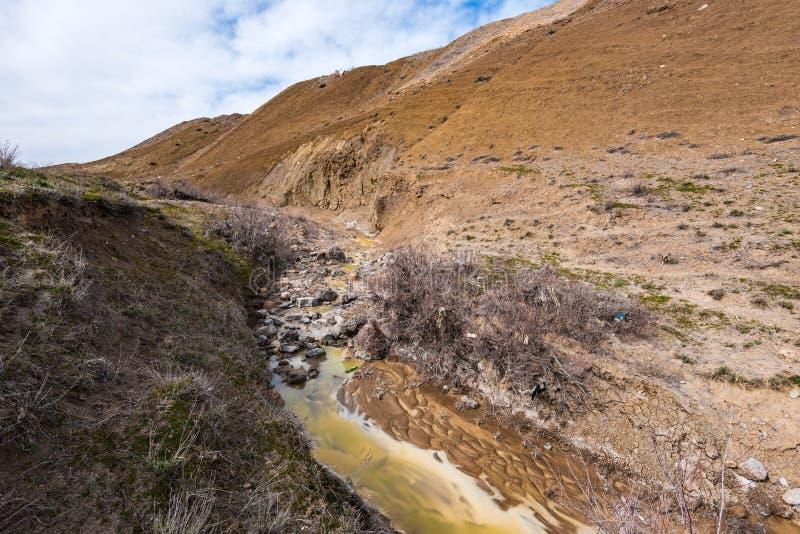 Fiume inquinato con acqua gialla tossica fotografie stock libere da diritti