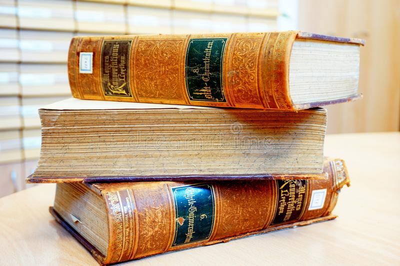 Fiume, Kroatië, 14 Februari, 2018 Uitstekende oude boeken op de lijst en bibliotheekcatalogus op de achtergrond stock afbeeldingen