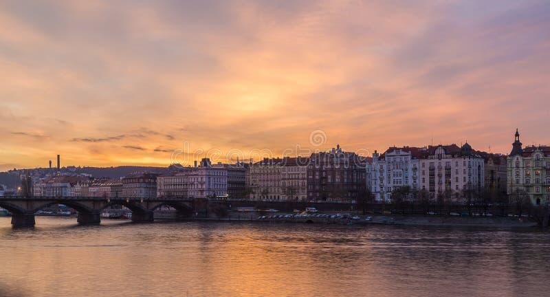 Fiume la Moldava a Praga al tramonto immagine stock