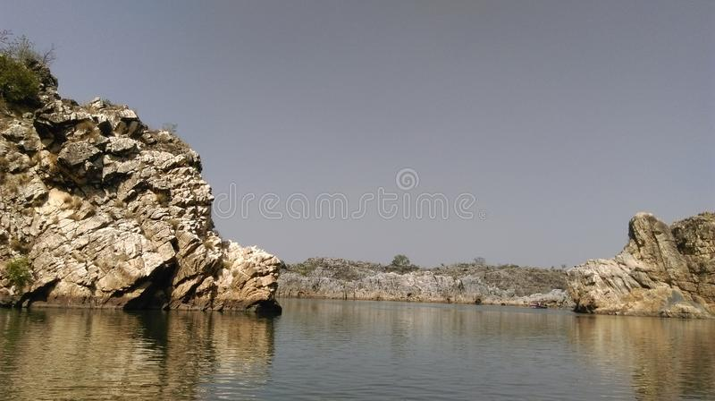 Fiume Narmada attraverso i marmi di Bedaghat fotografia stock libera da diritti