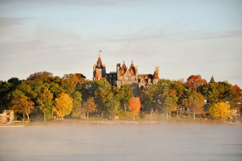 Fiume nebbioso dentro e castello di Boldt. fotografie stock libere da diritti