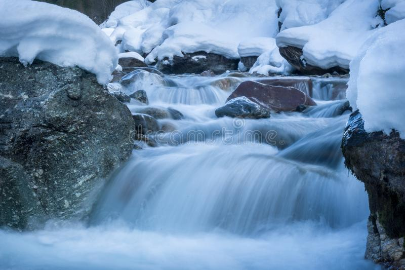 Fiume nell'esposizione lunga del paesaggio di inverno immagini stock libere da diritti