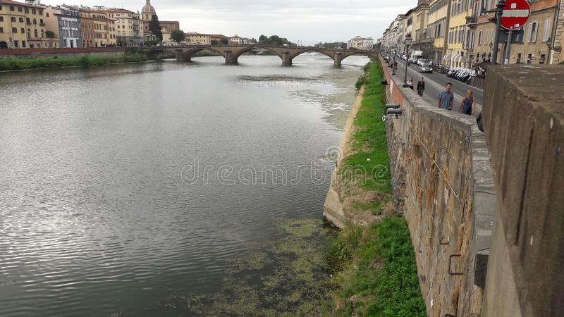 Fiume nella città di Firenze fotografia stock