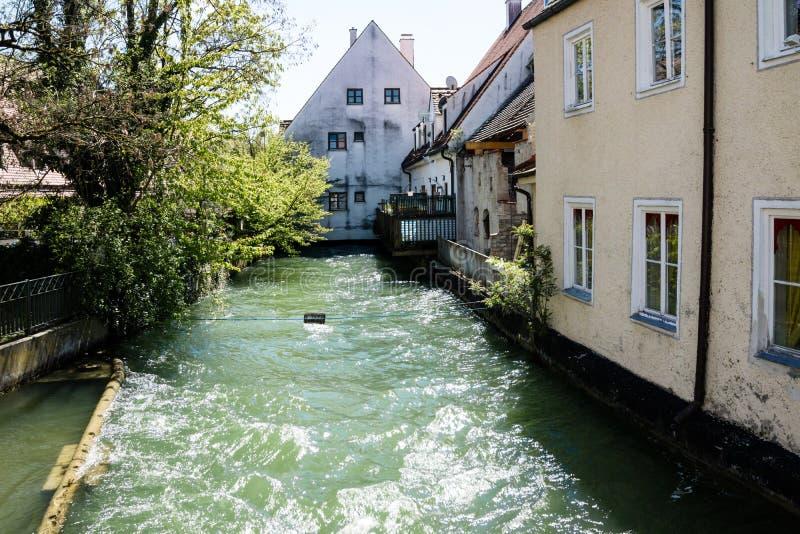 Fiume o canale a flusso rapido che scorre dopo la costruzione fotografie stock libere da diritti
