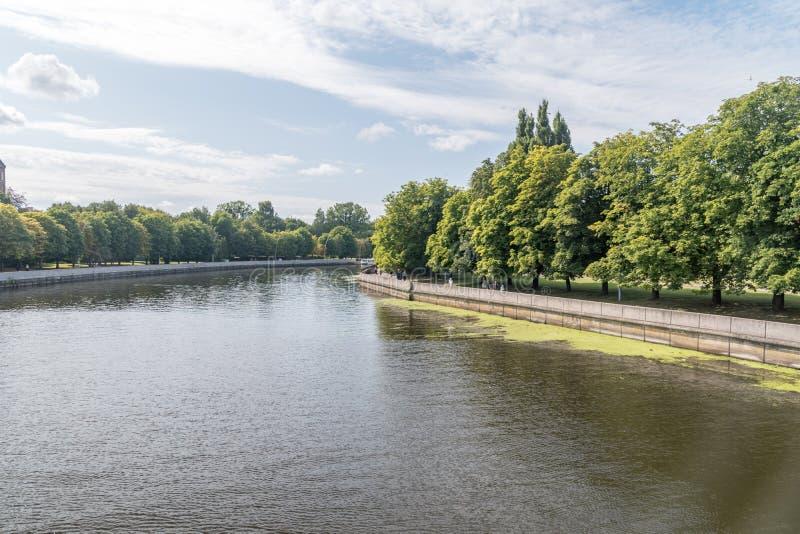 fiume Pregolya nella città di Kaliningrad, Federazione russa fotografia stock libera da diritti