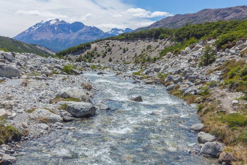 Fiume pulito costituito dalla fusione neve e del ghiaccio, Argentina fotografia stock libera da diritti