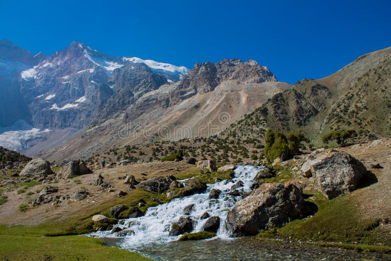 Fiume scenico in montagne del fan in Pamir, Tagikistan immagini stock libere da diritti