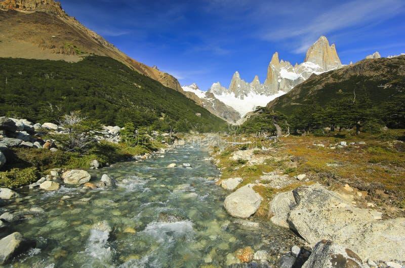 Fiume scorrente vicino alla montagna Fitz Roy nella Patagonia dell'Argentina fotografia stock