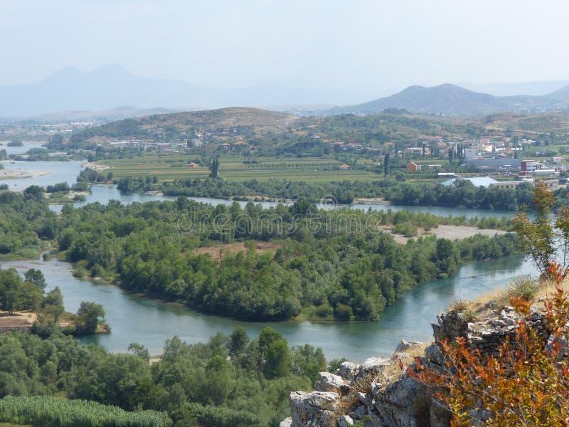 Fiume sinuoso di Buna visto dall'alto sopra vicino alla città antica di Shkoder in Albania fotografia stock libera da diritti