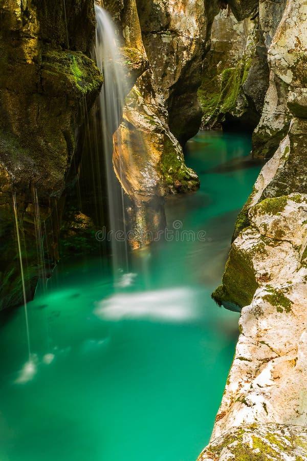 Fiume Soca vicino a Bovec, Slovenia fotografia stock