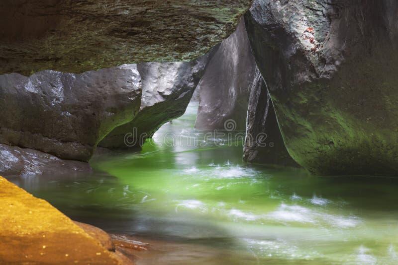 Fiume sotterraneo nascosto in profondità nella caverna immagini stock libere da diritti