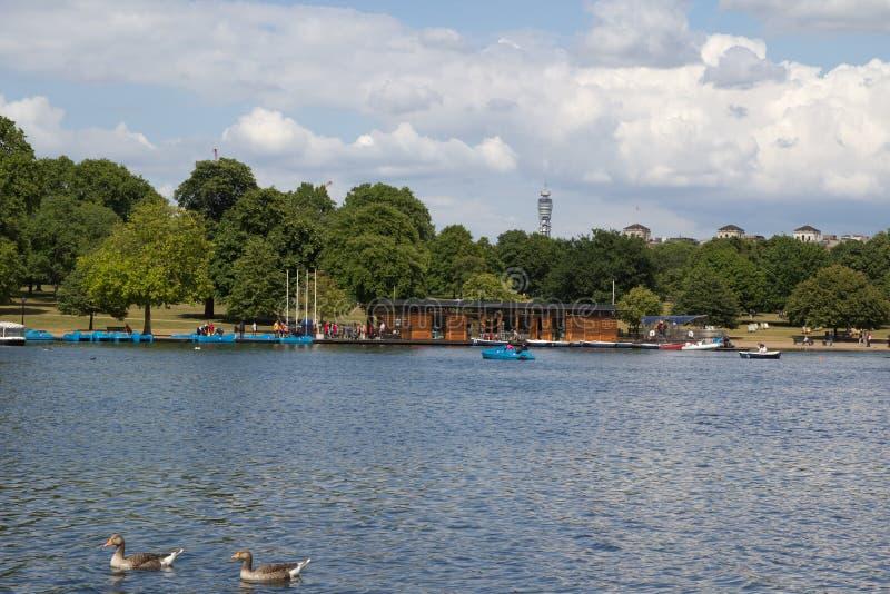 Fiume tortuoso del lago in Hyde Park, Londra, Regno Unito fotografia stock