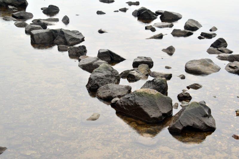 Fiume trasparente delle grandi pietre fotografie stock libere da diritti