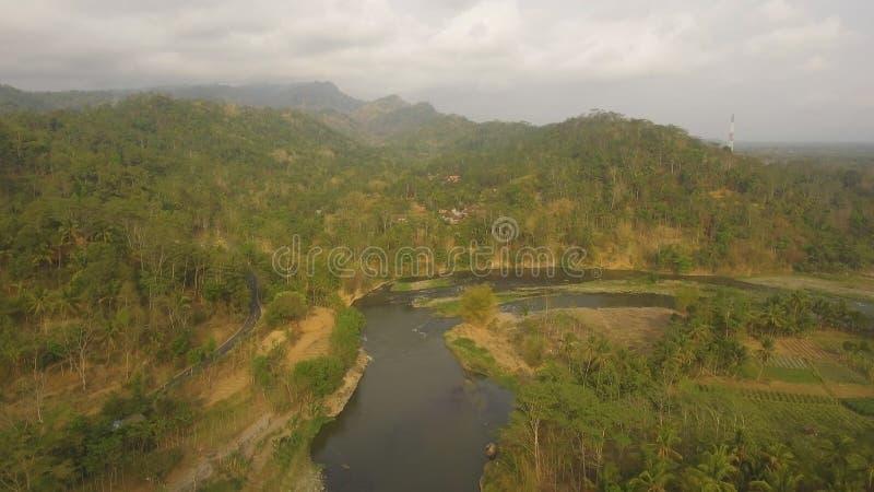 Fiume tropicale del paesaggio, terra degli agricoltori fotografia stock