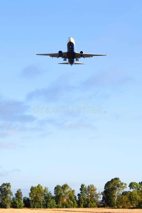 Fiumicino, Италия Нижний взгляд самолета летая над полями около аэропорта Рим-Fiumicino стоковое фото rf