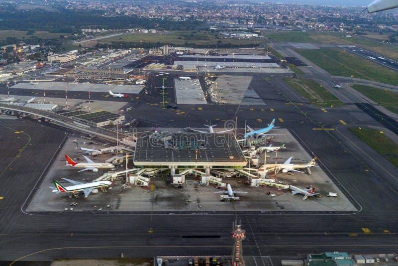 FIUMICINO, ИТАЛИЯ - 16-ОЕ ИЮНЯ 2019 - вид с воздуха международного аэропорта Рима стоковая фотография
